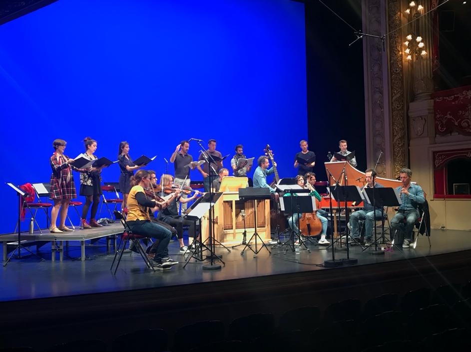 Les musiciens du Banquet Céleste avec des étudiants en chant du Pont Supérieur, en répétitions sur la scène de l'Opéra de Rennes – septembre 2019